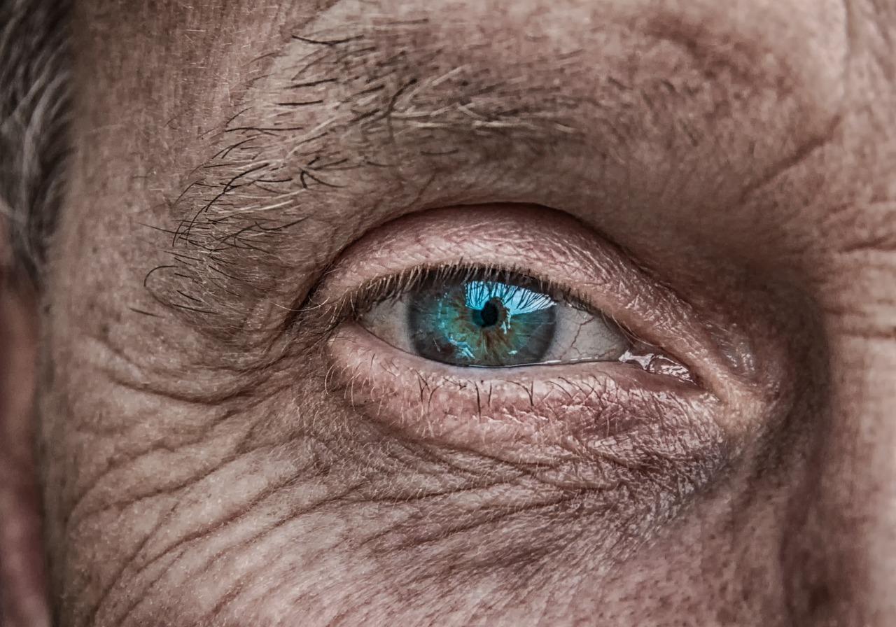 Jak i czym czyścić ropiejące oko?