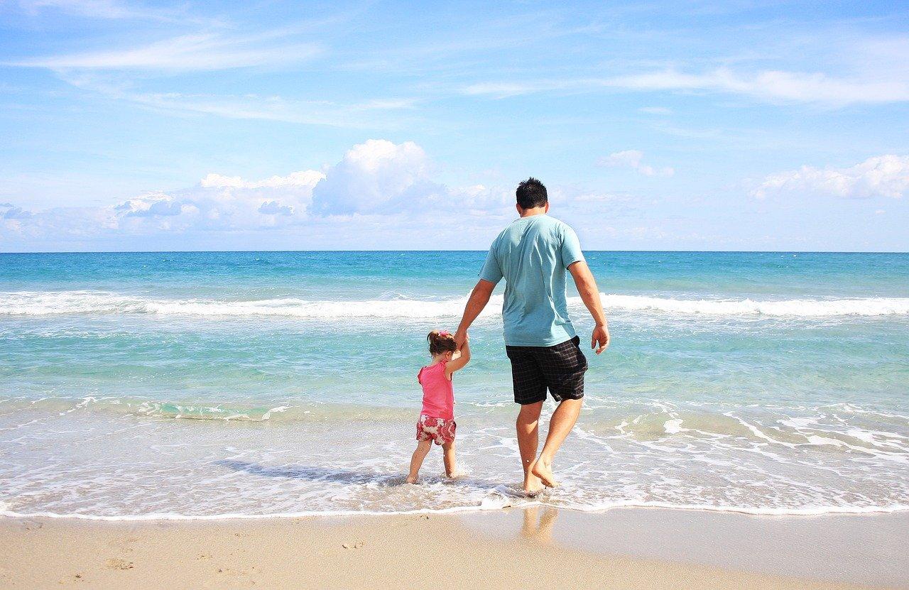 Jak zorganizować wakacje nad morzem z dziećmi?