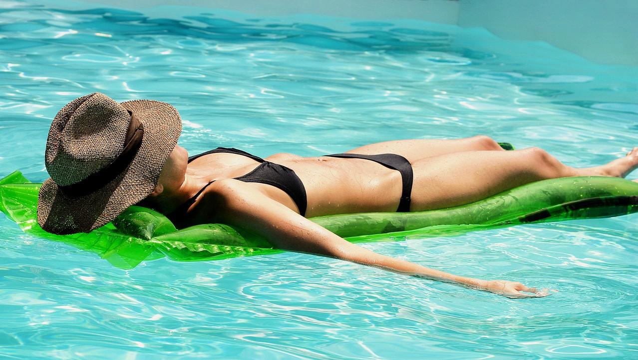 Jak ochronić się przed słońcem na wakacjach?